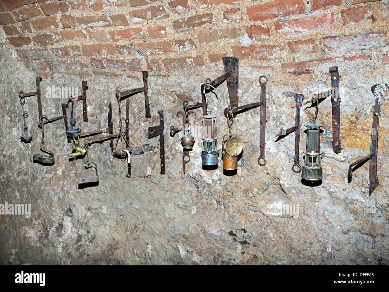 Une exposition de vieilles lampes dans le labyrinthe souterrain, Brno, République Tchèque Photo Stock
