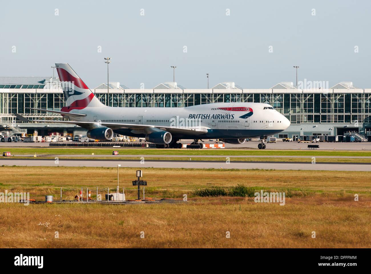 British Airways Boeing 747-436 le roulage piste à l'aéroport, l'Aéroport International de Vancouver. Photo Stock