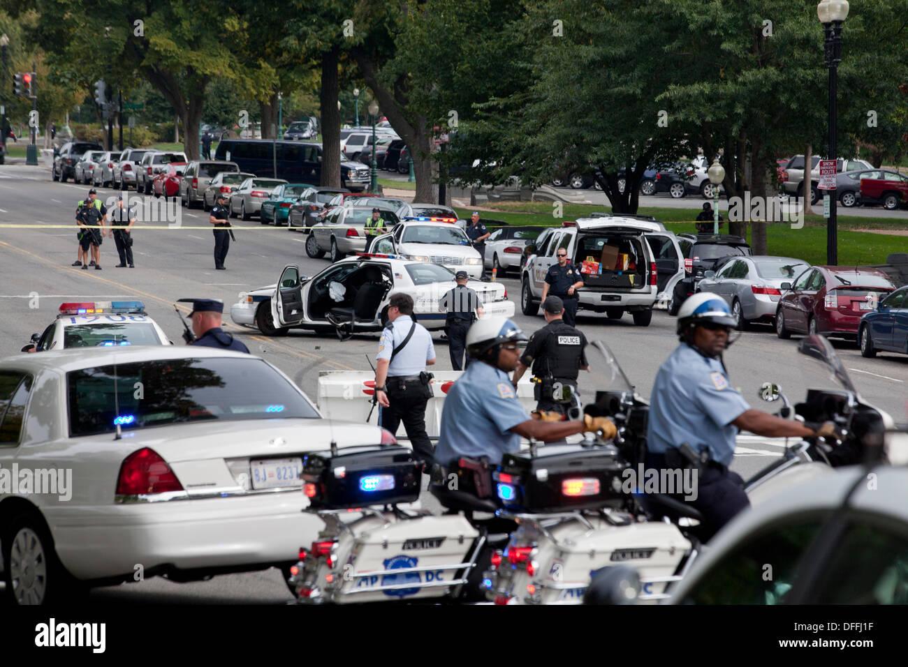 Washington, DC, USA. 3e oct, 2013: le US Secret Service et Capitol poursuite policière une femme qui a tenté de forcer la barrière de sécurité à la Maison Blanche avec sa voiture. Une poursuite en voiture découle de la Maison Blanche pour le Capitole. La poursuite se termine dans un accident, des coups de feu sont tirés par la Police du Capitole. La femme pilote est morts confirmés, un policier Capitol est blessé. © B Christopher/Alamy Live News Photo Stock