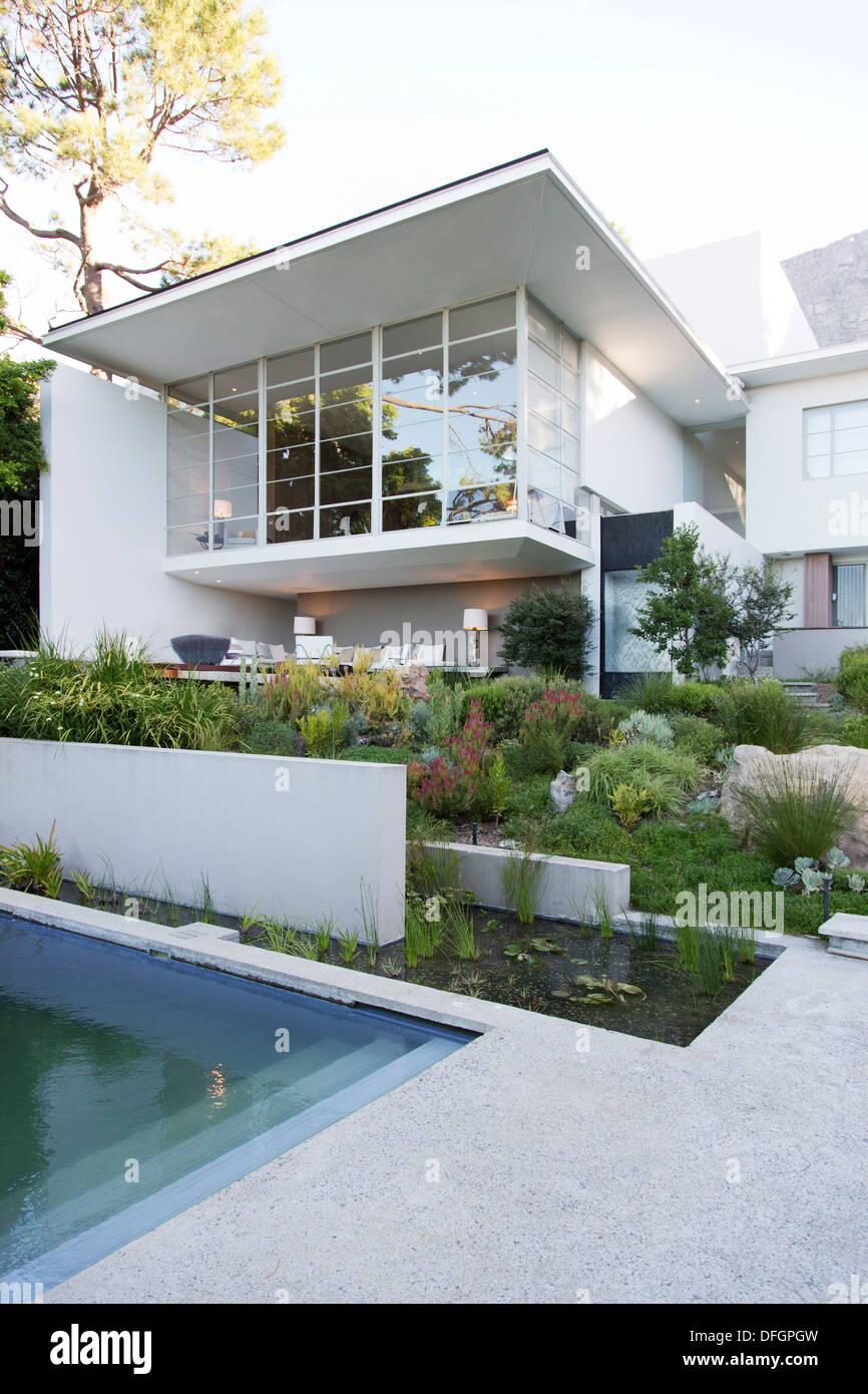 L'aménagement paysager à l'avant de la maison moderne Photo Stock