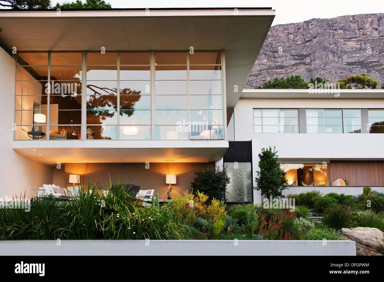 L\'aménagement paysager à l\'avant de la maison moderne Banque ...