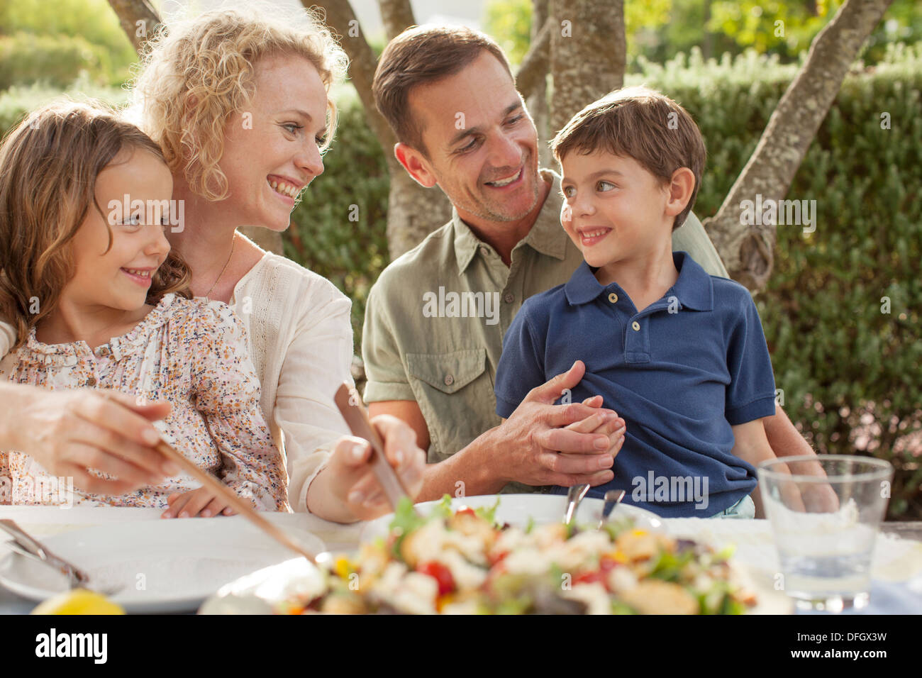 Family eating outdoors Banque D'Images