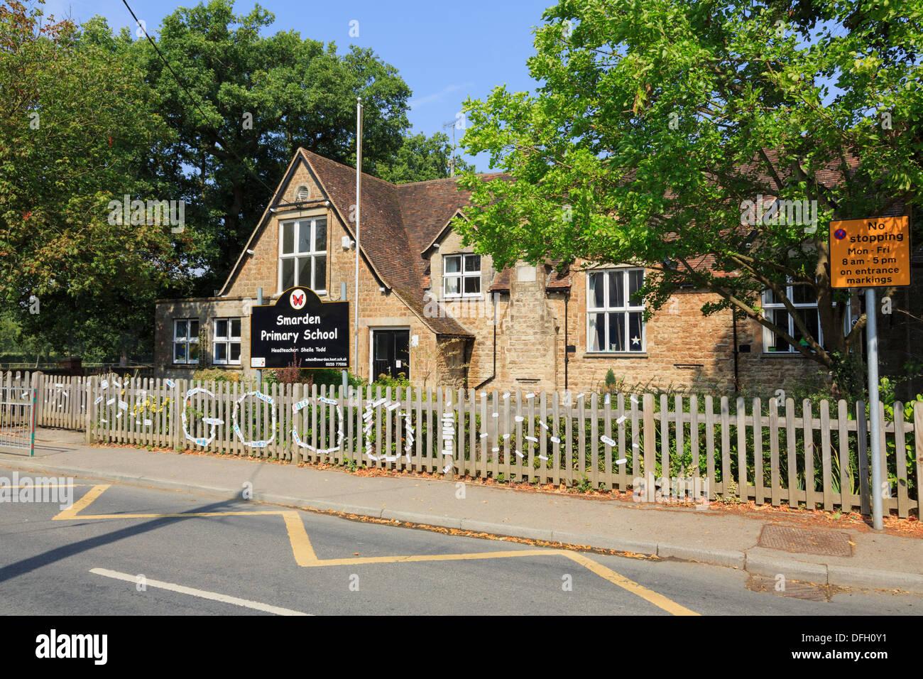 Aucun signe d'arrêt et jaune marquage routier en dehors d'une école primaire de Village North Harrow, Kent, Angleterre, Royaume-Uni, Angleterre Photo Stock