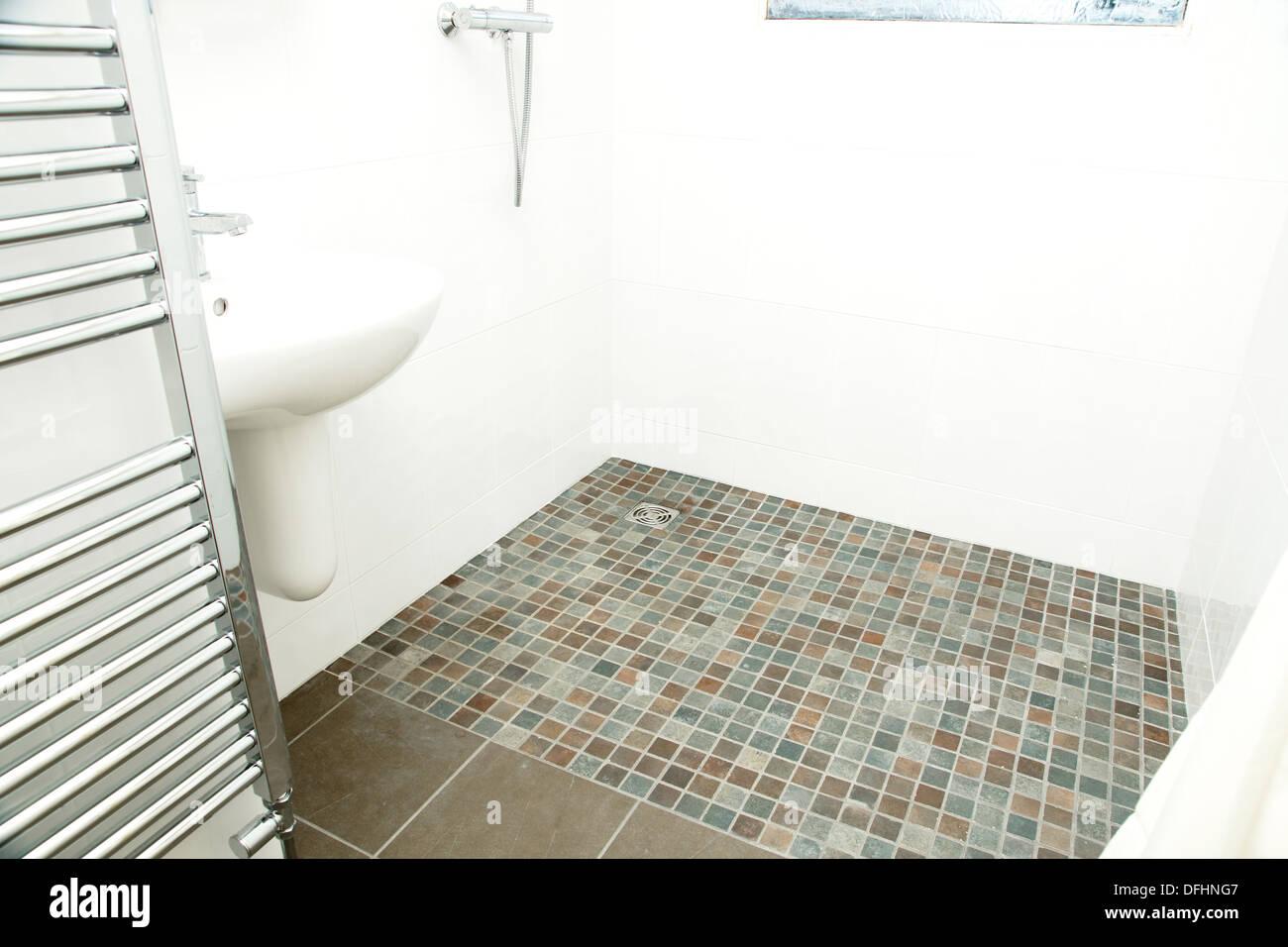 Une salle d 39 eau sp cialement adapt s douche salle de - Carrelage sol douche antiderapant ...