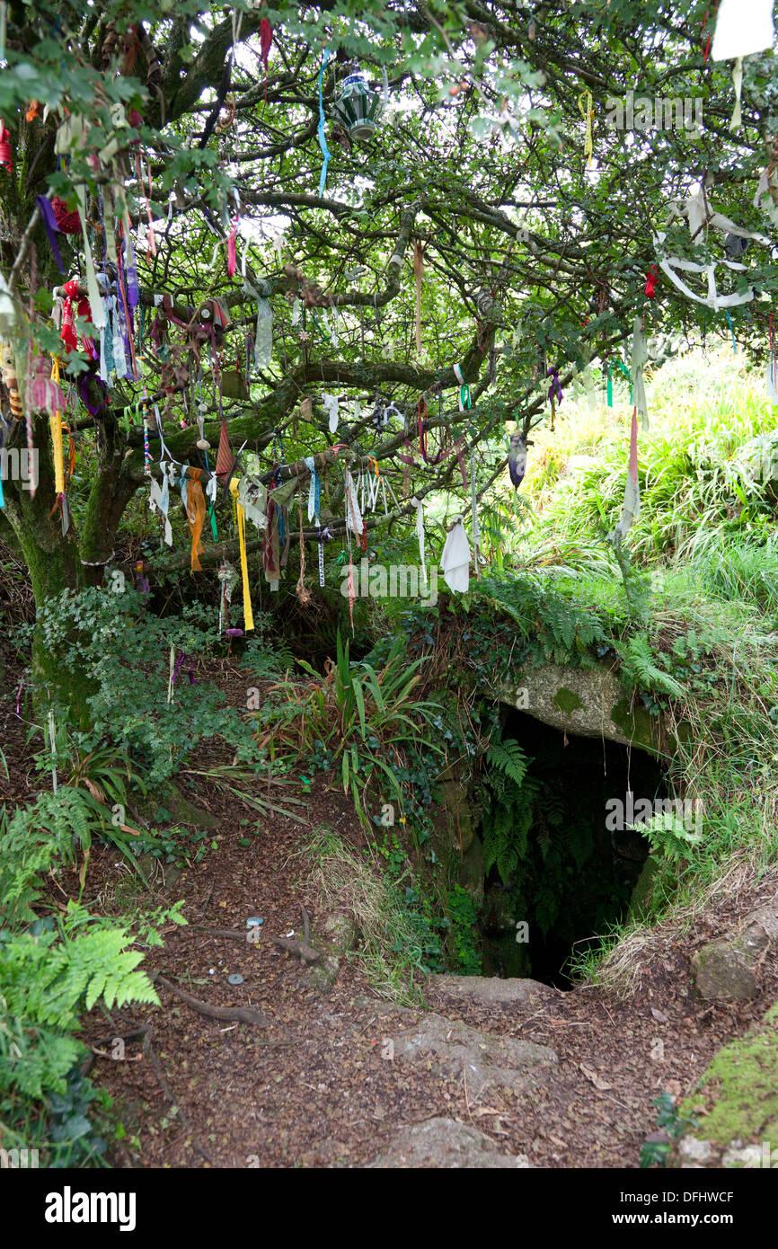 Puits sacré, avec des bandes de tissu à gauche sur un arbre des désirs par les pèlerins, Sancreed, Cornwall Banque D'Images