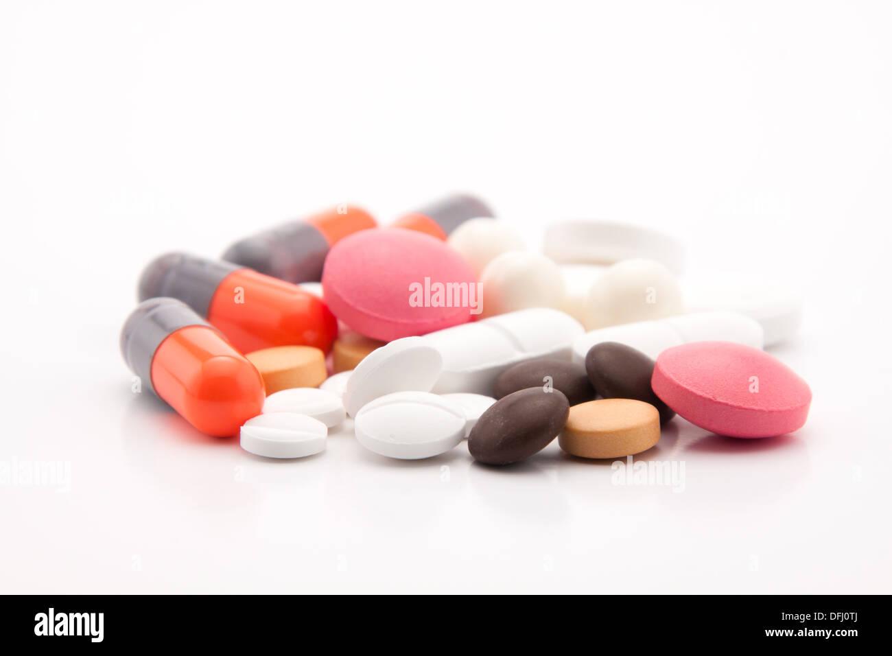 Pilules colorées sur fond blanc Photo Stock
