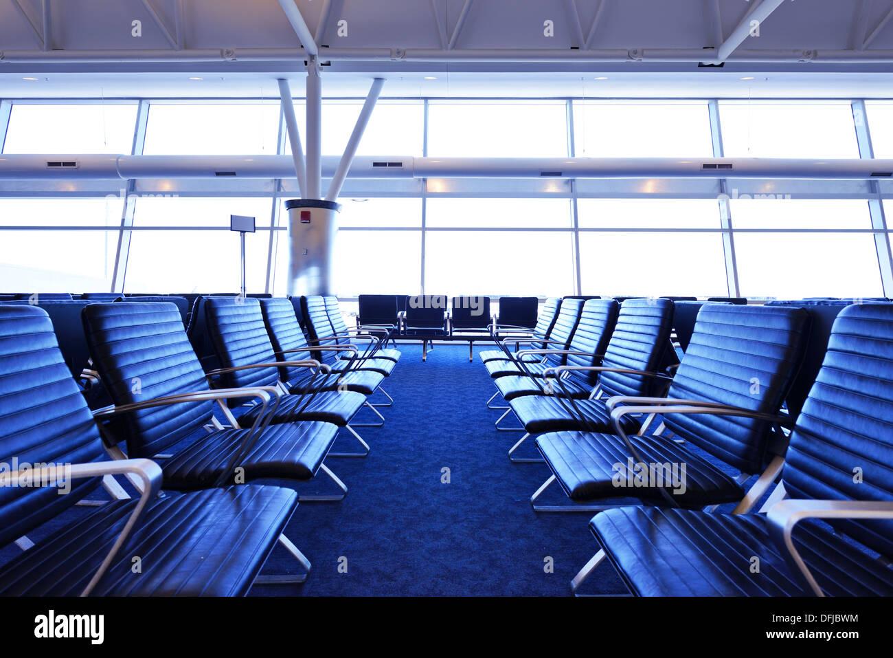 Sièges vides à un terminal de l'aéroport. Photo Stock
