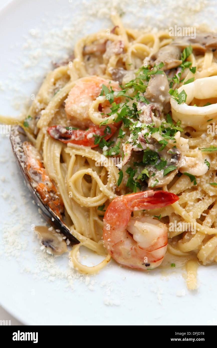 Pâtes aux fruits de mer avec crevettes et calamary Photo Stock