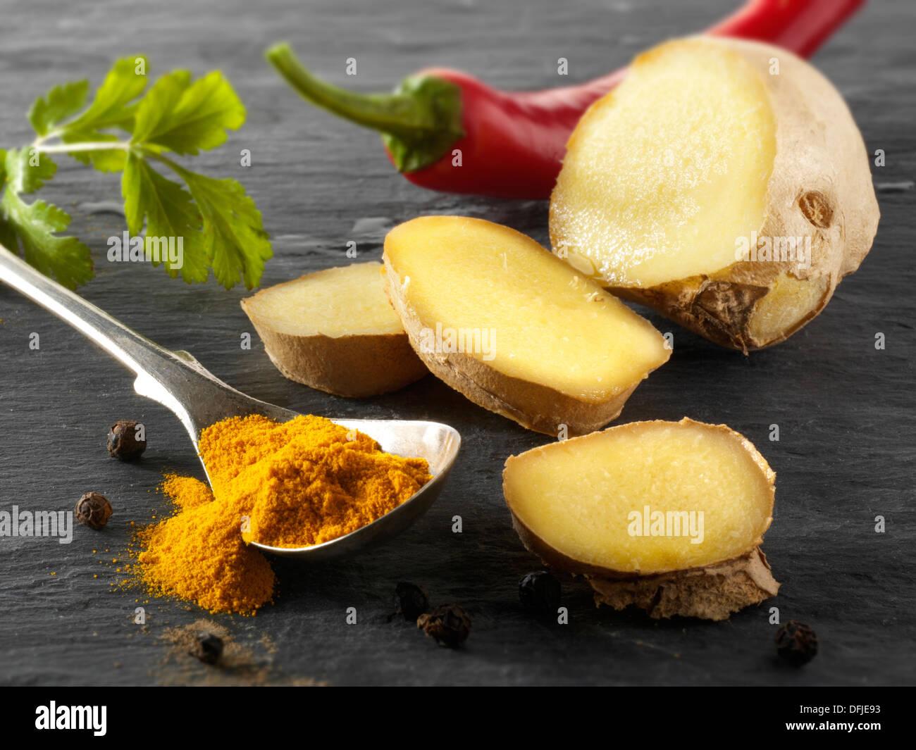 Racine de gingembre frais, piment et curcuma au sol. Épices indiennes Photo Stock