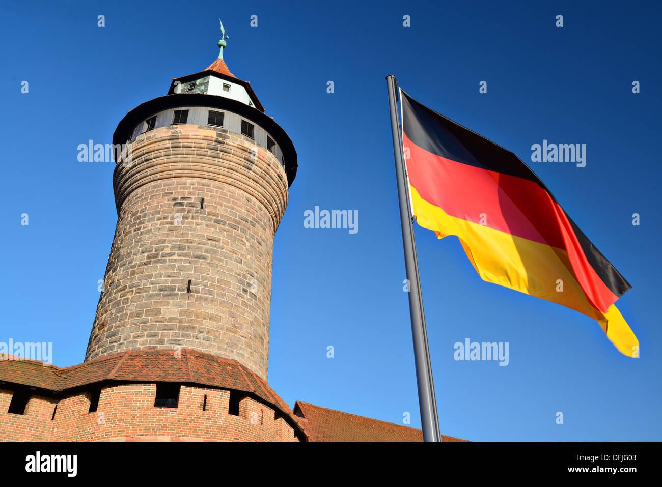 Drapeau allemand vole à Château de Nuremberg à Nuremberg, Allemagne. Photo Stock