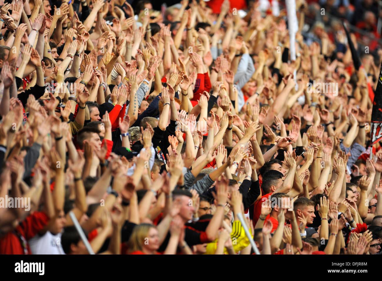 Les partisans du club de Bundesliga allemande Bayer 04 Leverkusen lever la main à l'appui Photo Stock