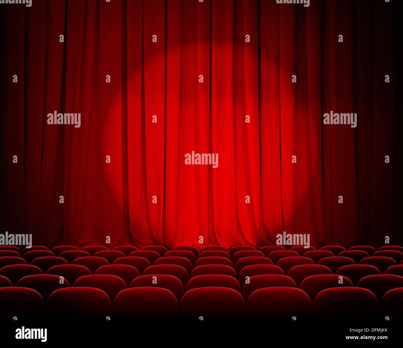 Théâtre fermé de rideaux rouge avec Spotlight et sièges Photo Stock