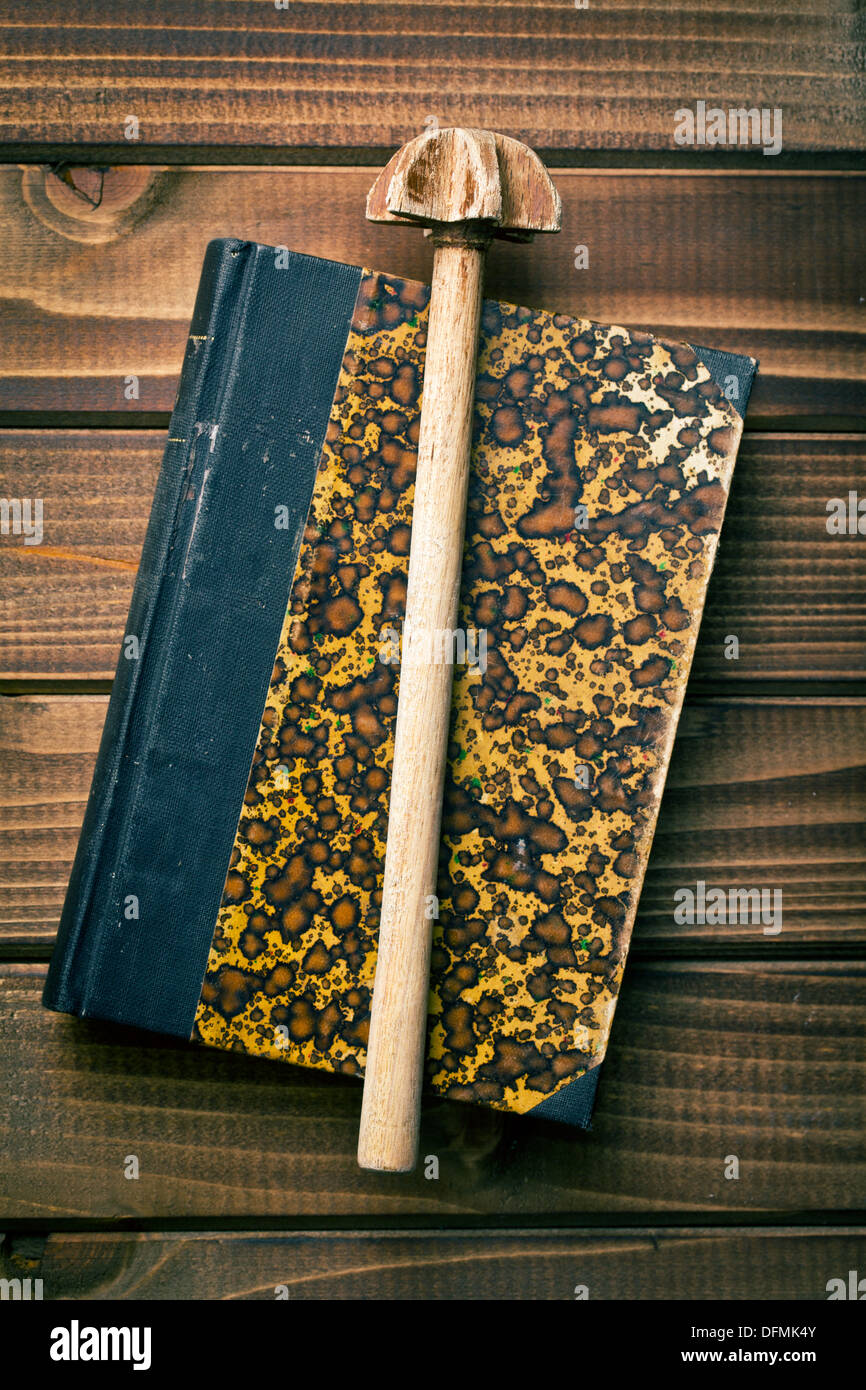 Vue de dessus avec un fouet en bois livre Photo Stock