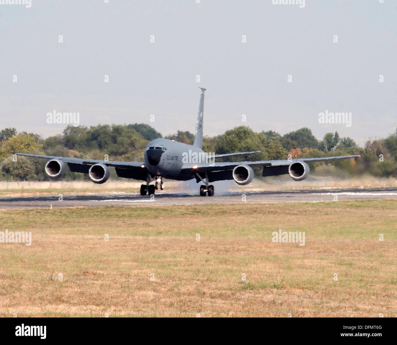 Un KC-135 Stratotanker déployés dans le centre de transit de Manas, au Kirghizistan, des terres après Photo Stock