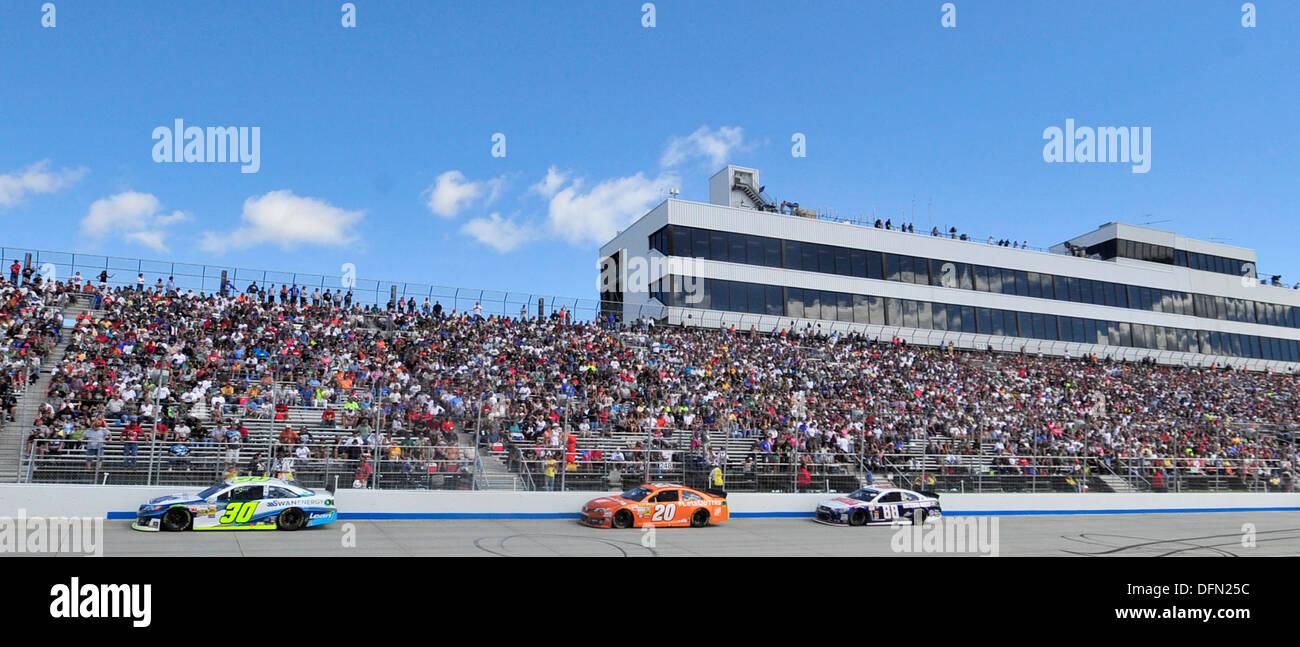 Course des pilotes à l'avant s'étendent dans le premier virage au cours de l'AAA 400 29 septembre, 2013, au circuit automobile international de Dover à Dover, Delaware Jimmie Johnson, pilote de la n°48 Kobalt Chevy, a gagné la course pour un record de 8ème fois. Photo Stock