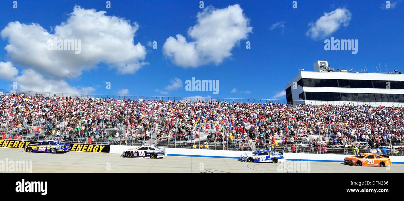 Course des pilotes dans le premier virage au cours de l'AAA 400 29 septembre, 2013, au circuit automobile international de Dover à Dover, Delaware Jimmie Johnson, pilote de la n°48 Kobalt/Lowe's Chevy, gagné à Douvres pour un nombre record de 8ème fois. Photo Stock