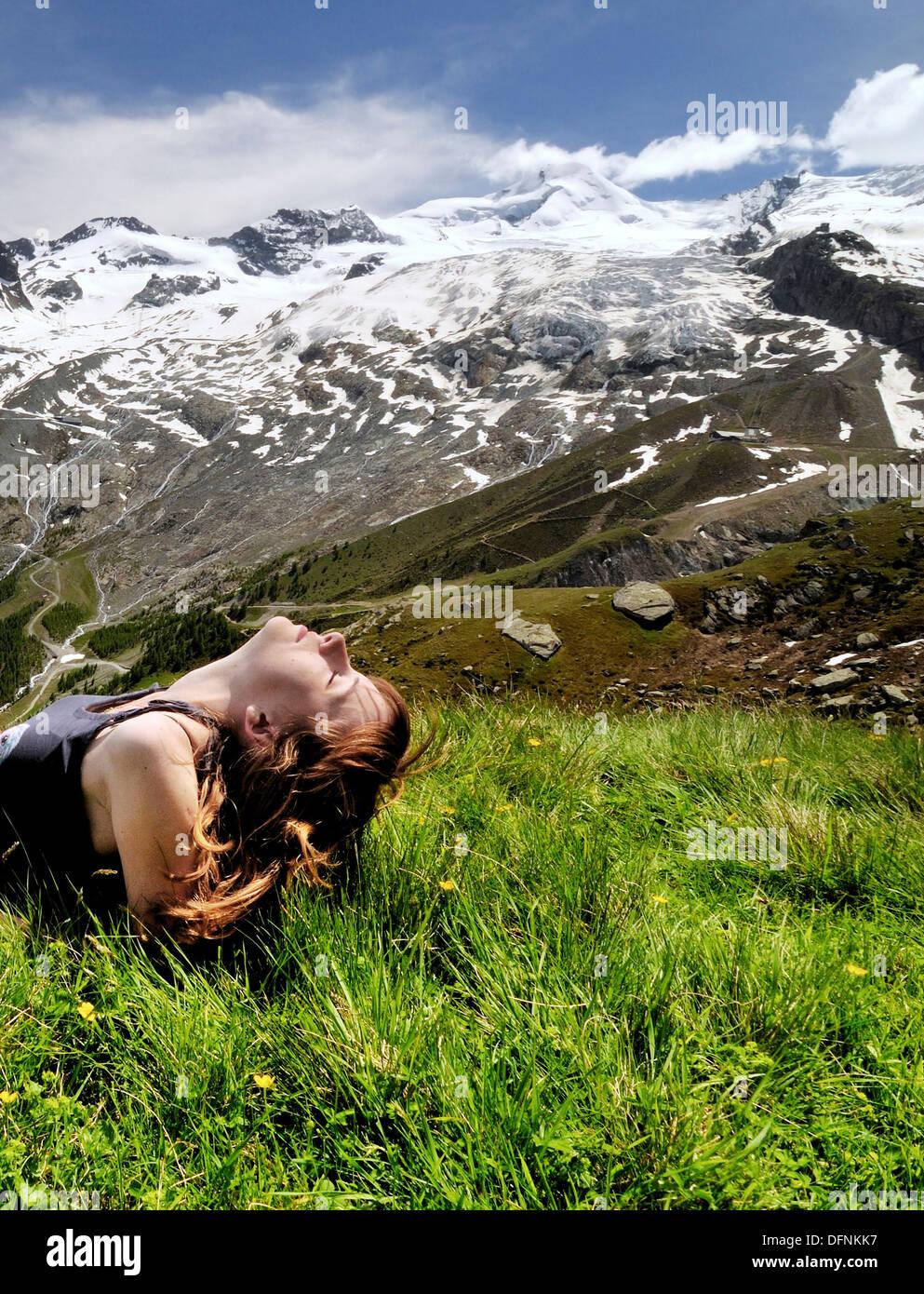 Visage de jeune femme au soleil, bain de soleil, des loisirs, de la santé, Swiss Alps, Suisse Photo Stock