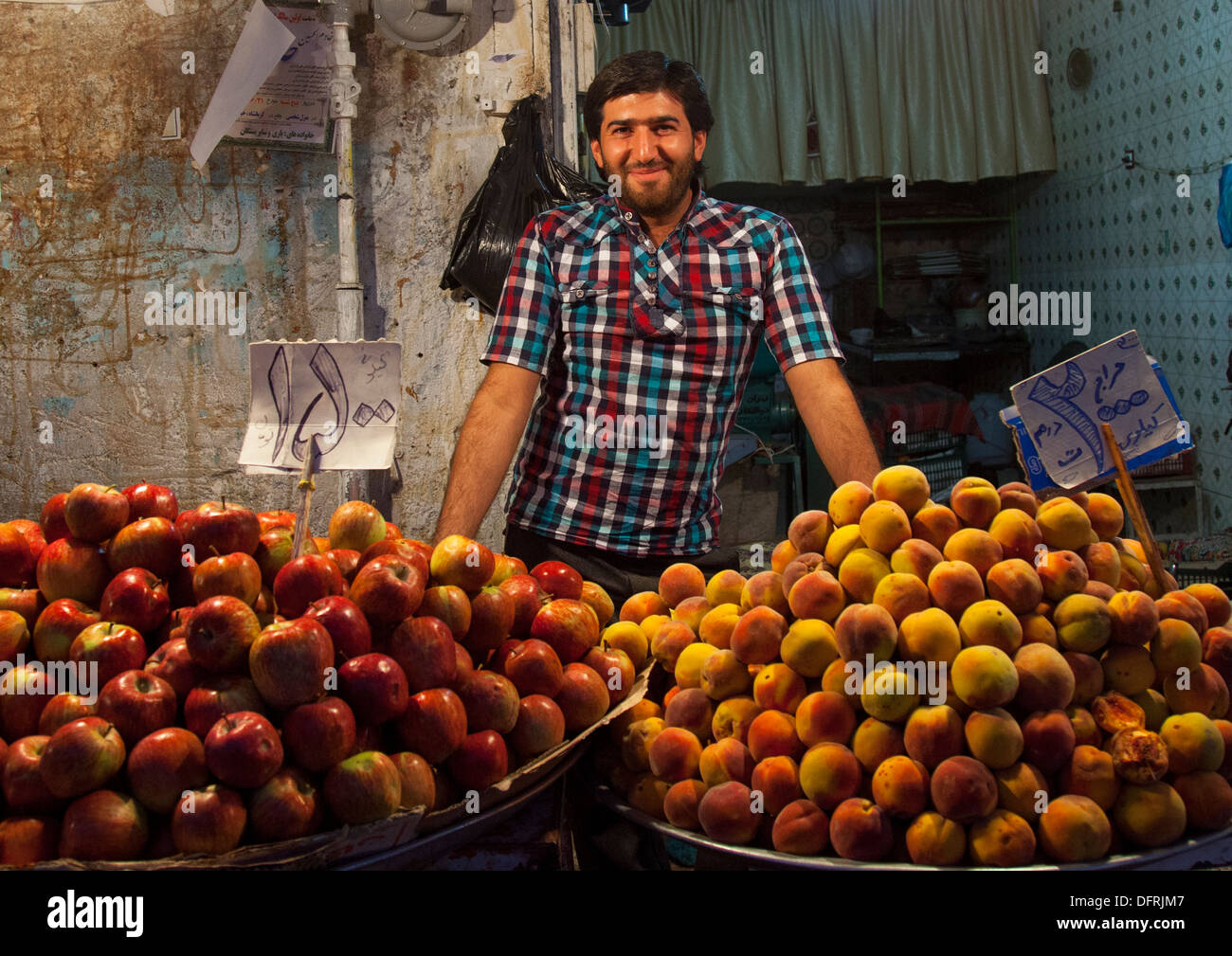 Vendeur de fruits dans le bazar, Kermanshah, Iran Photo Stock