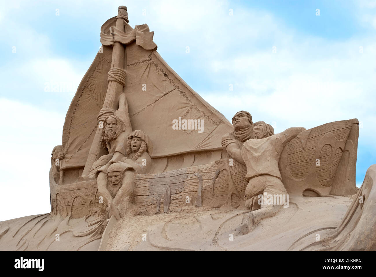 La composition sculpturale du sable à la plage de la ville. Photo Stock