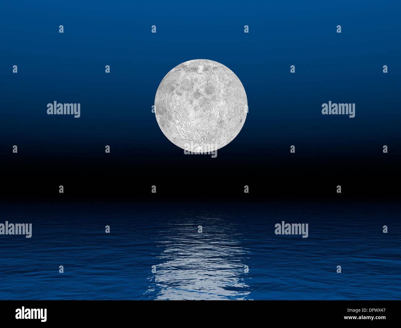 Belle pleine lune contre un ciel bleu profond sur l'océan. Photo Stock