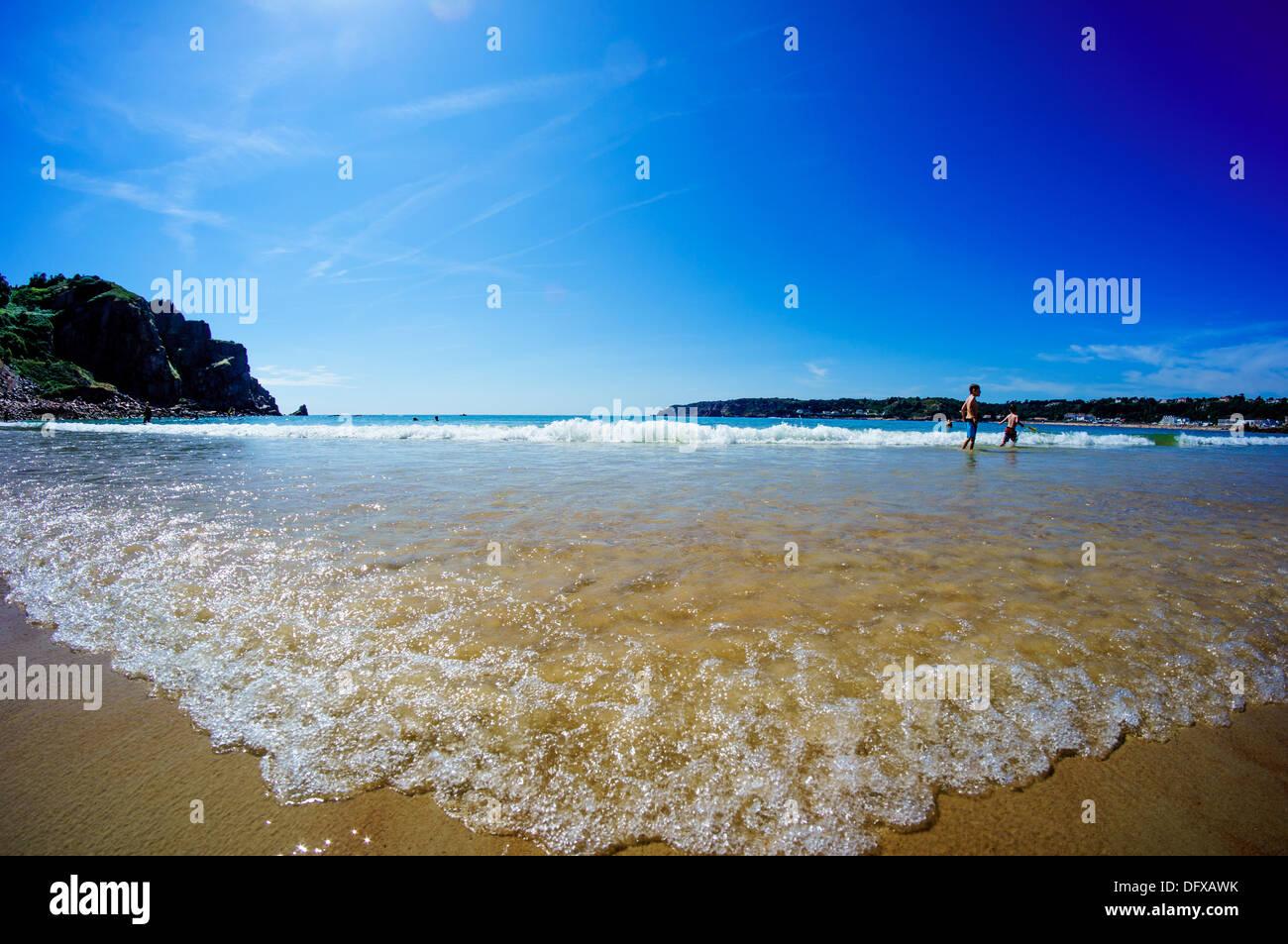Le Quaisne, plage au sud de Jersey la prochaine plage le long de Sonic St Brelades avec sa célèbre L'Horizon Hotel Photo Stock