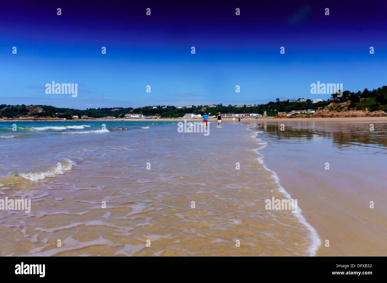 Le Quaisne, plage au sud de Jersey la prochaine plage le long de Sonic St Brelades avec sa célèbre L'Horizon Hotel. Photo Stock
