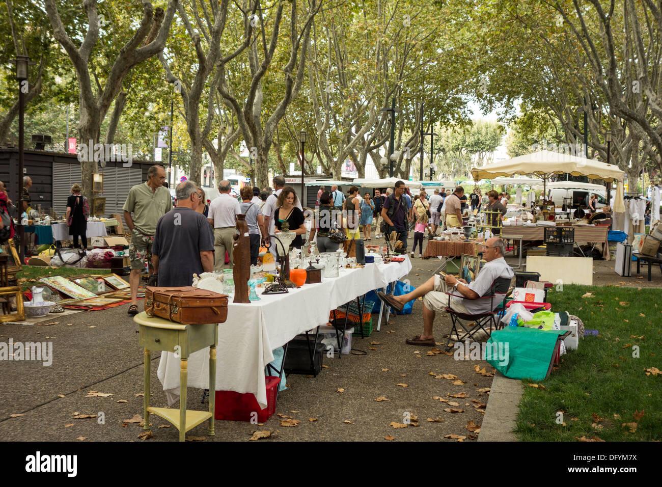 Marché d'antiquités brocante de rue sur la Promenade des Platanes, au centre-ville centre de Perpignan, Pyrénées Orientales, Roussillon, France Photo Stock