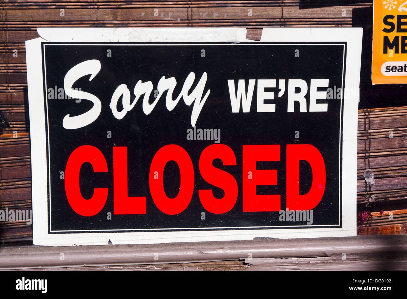 'Sorry signe nous sommes fermé' en vitrine. Photo Stock