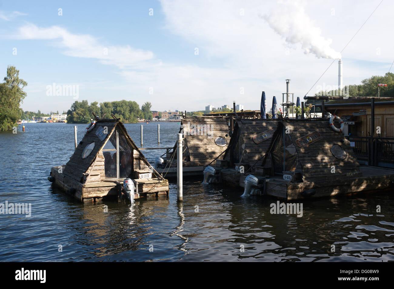 Log cabin boat type touristiques disponibles à la location sur la rivière Spree, Berlin, Allemagne Photo Stock
