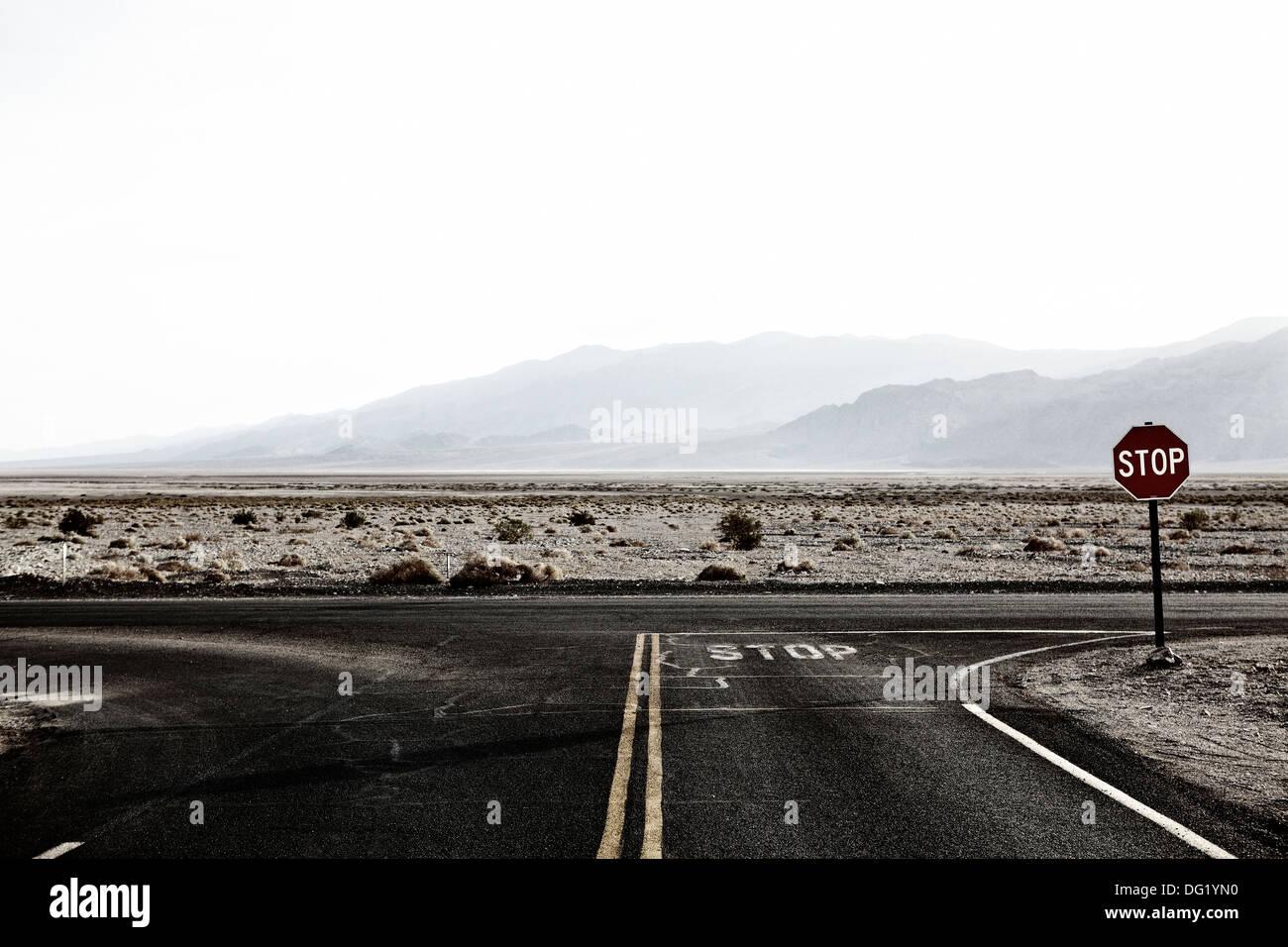 Panneau d'arrêt au Carrefour du désert, Nevada, USA Photo Stock
