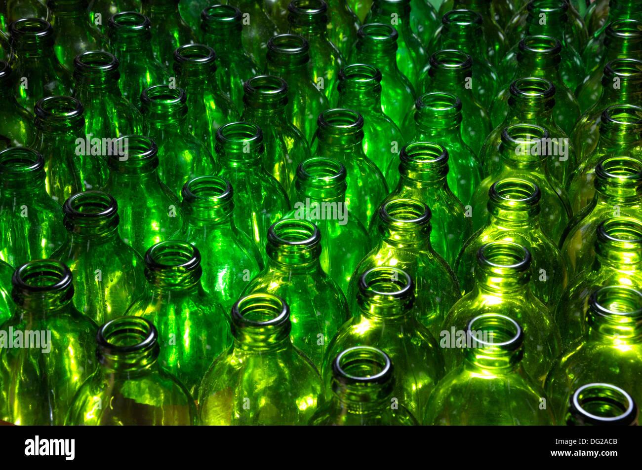 Les bouteilles de bière verte vide Photo Stock