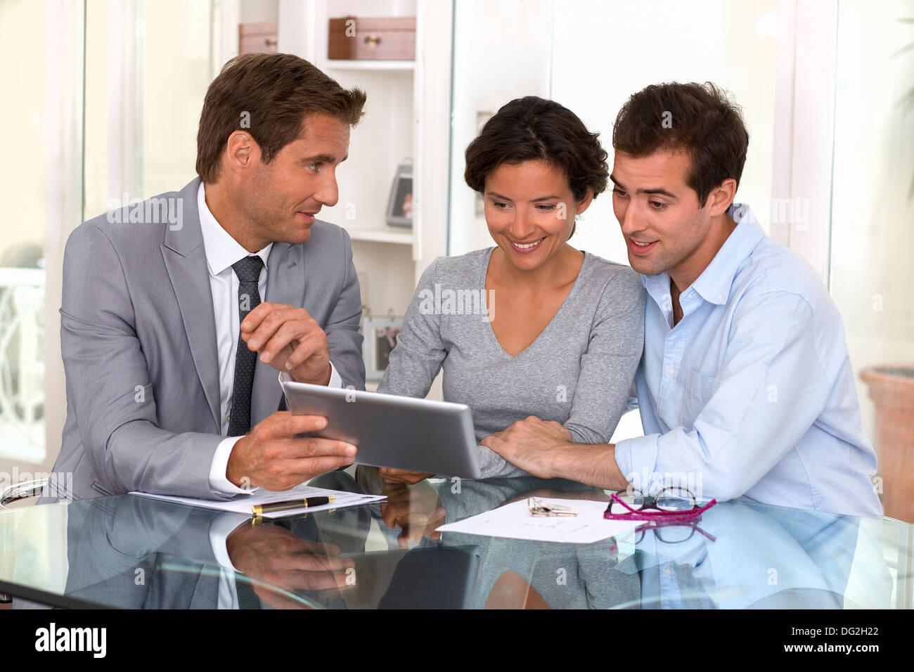 Tablette pc femme homme businessman piscine contrat Photo Stock