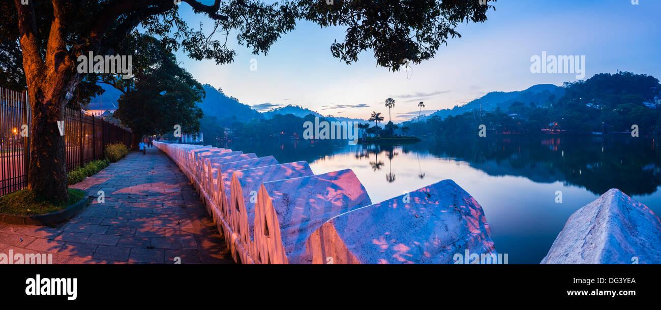 Le lac de Kandy et les nuages Wall (Mur) Walakulu au lever du soleil, Kandy, Province du Centre, au Sri Lanka, en Banque D'Images