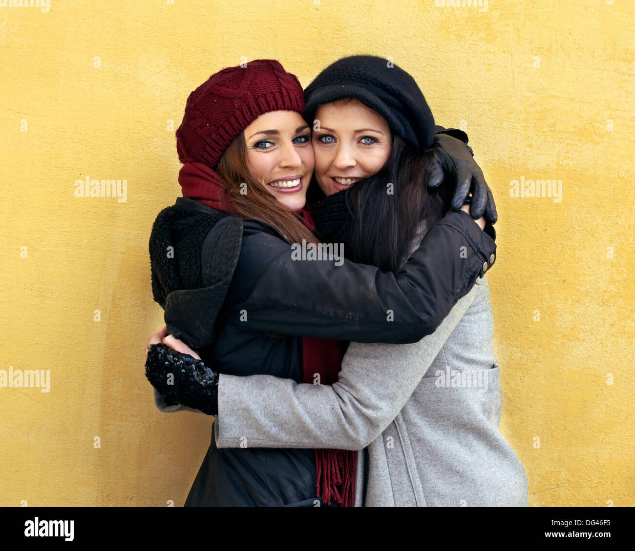 Deux amis donnant à chaque autre une chaleureuse accolade Photo Stock