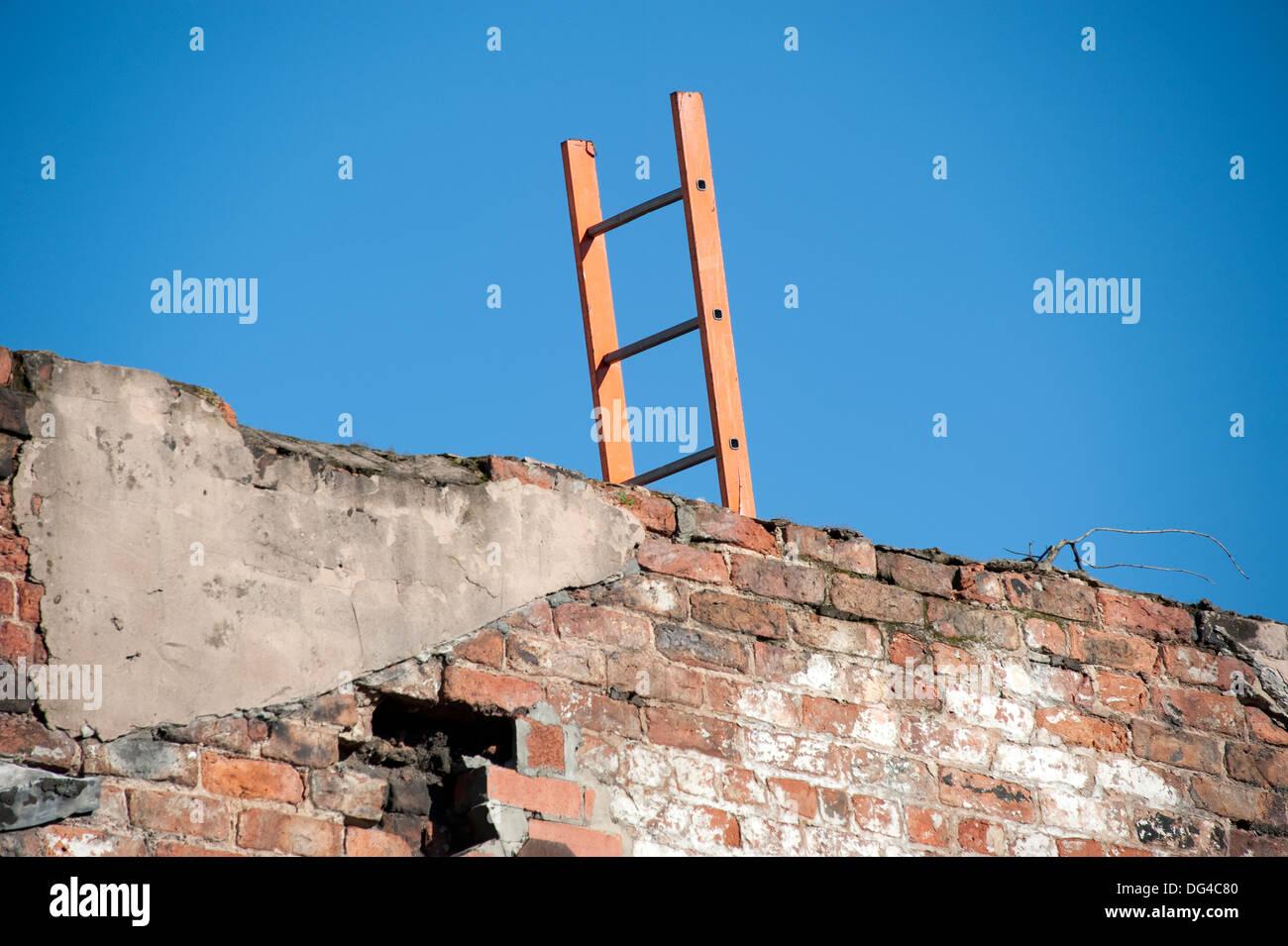 Mur de l'échelle surmonter grimper par-dessus en bois bleu ciel Photo Stock