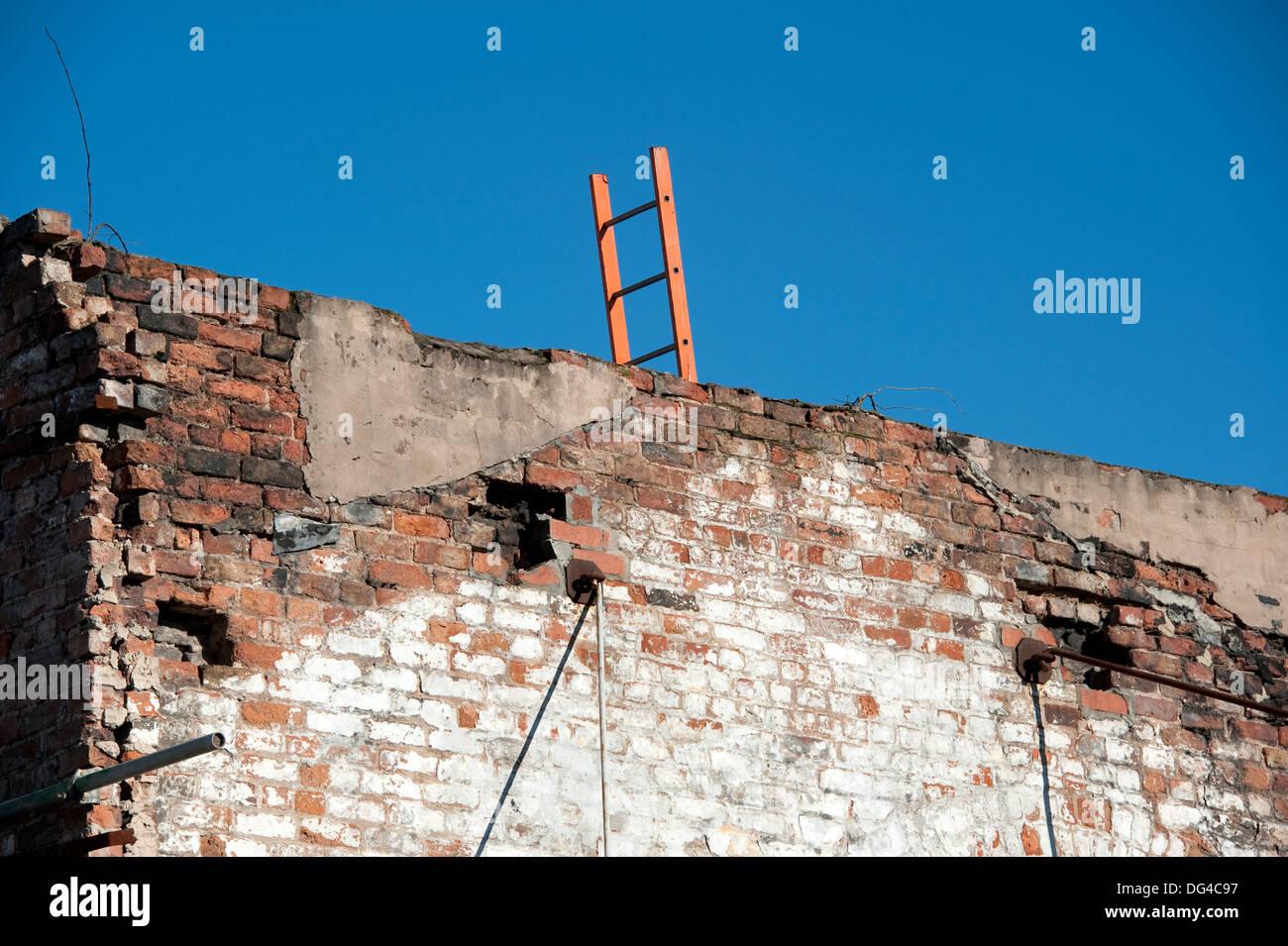 Mur de surmonter l'obstacle grimper sur sky Photo Stock