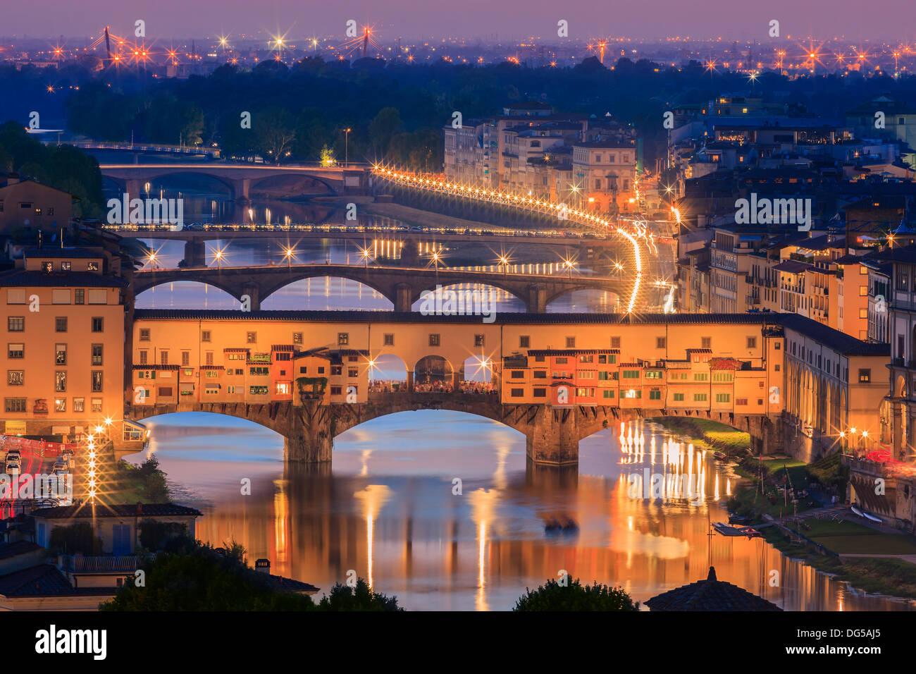 Le Ponte Vecchio sur l'Arno à Florence, Italie. Prises à partir de la Piazzale Michelangelo Photo Stock