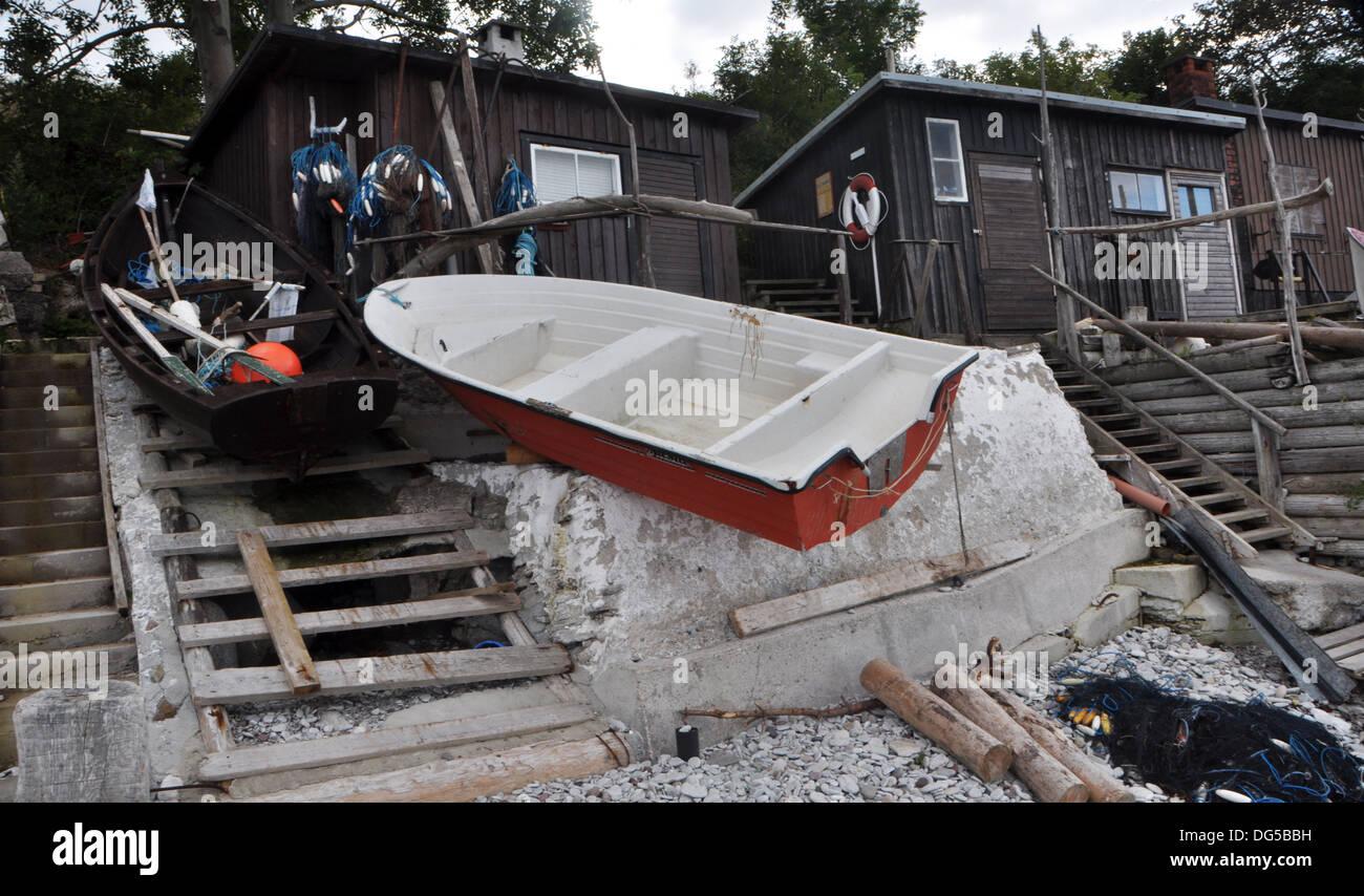 Photo d'un bateau , étrange façon d'amarrer un bateau. Photo prise à Högklint Gotland en Suède. Photo Stock