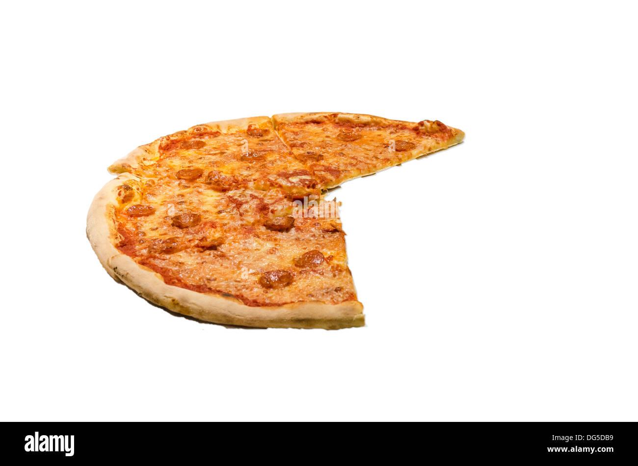 Grande pizza avec une tranche manquant, découper avec un fond blanc. Photo Stock