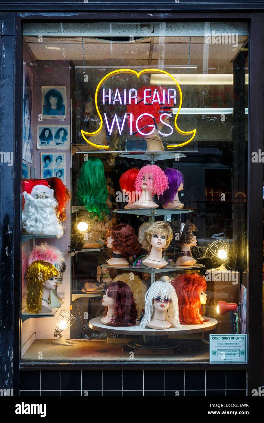 Fenêtre d'une perruque shop, centre-ville de Seattle, États-Unis avec des perruques au néon de couleur Photo Stock