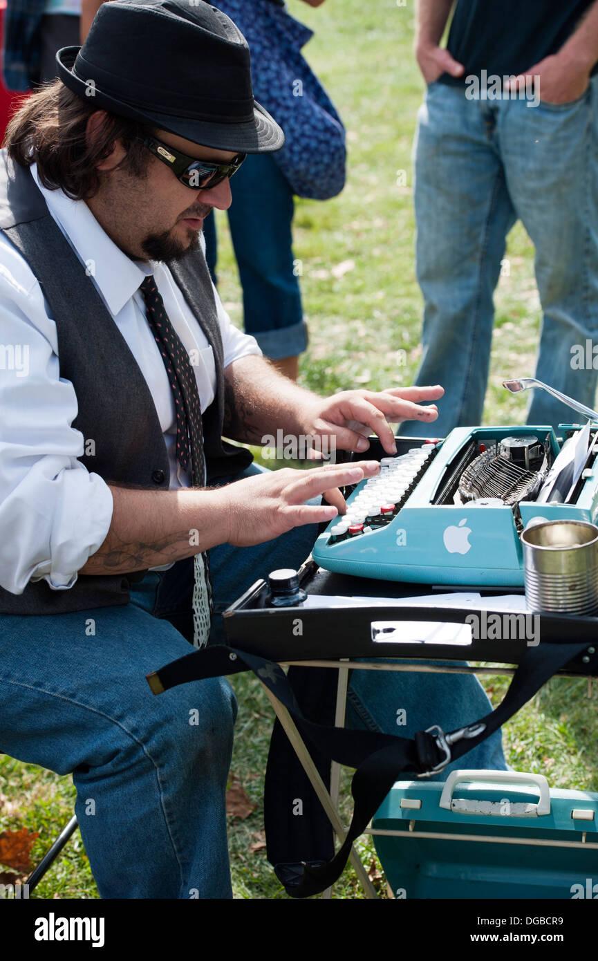Machine à écrire avec un homme prétendant 'poèmes à la demande' au 'Big Love' Festival Asheville, Caroline du Nord. Banque D'Images