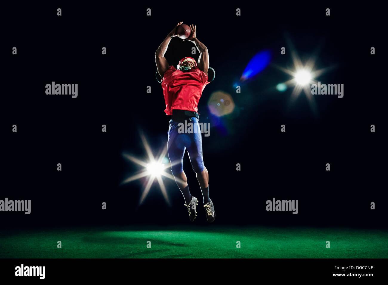 American football player catching ball Photo Stock