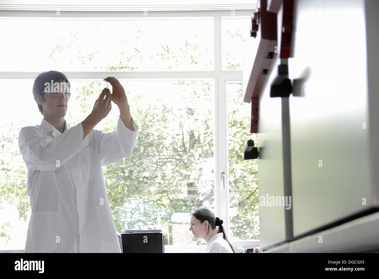 Les étudiants de chimie de laboratoire en Photo Stock