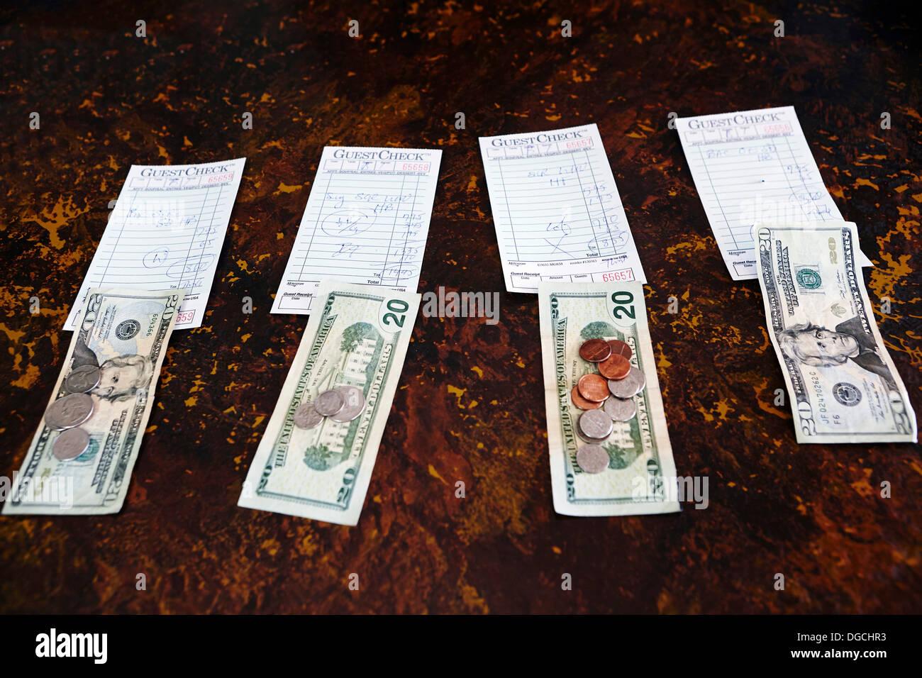 Les reçus et factures de vingt dollars sur le sol Photo Stock