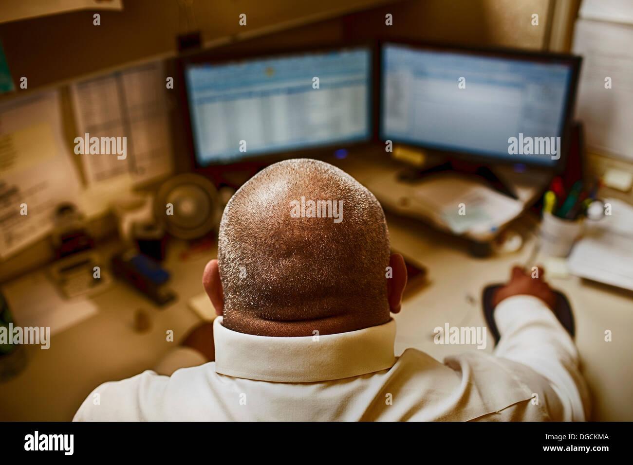 Man en salle de contrôle de l'usine de fabrication Photo Stock