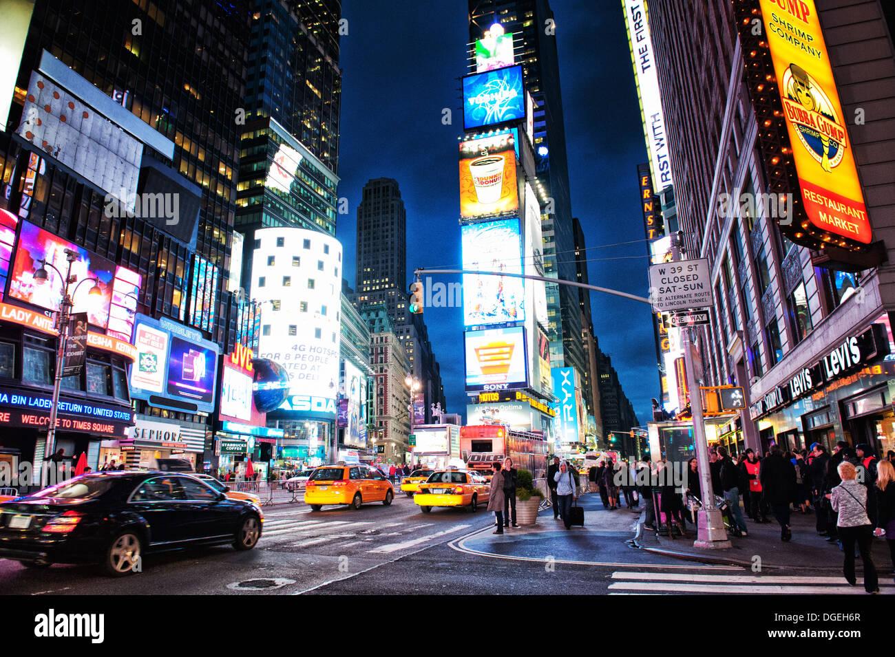 Times Square animé par nuit à New York, NY, USA Banque D'Images