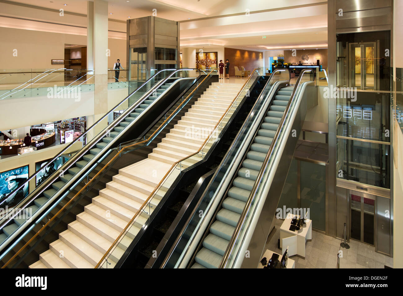 Le Qatar, EMIRATS ARABES UNIS. L'aéroport de Doha, Classe Affaires Premium escalators et escaliers de Terminal Banque D'Images