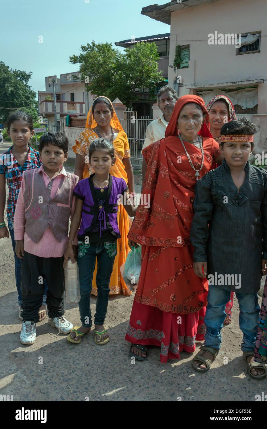 Les plus jeunes et les générations plus âgées avec leurs différents styles de robe, près de la mosquée, Sahar Ki Masjid Champaner, Gujurat, Inde Photo Stock