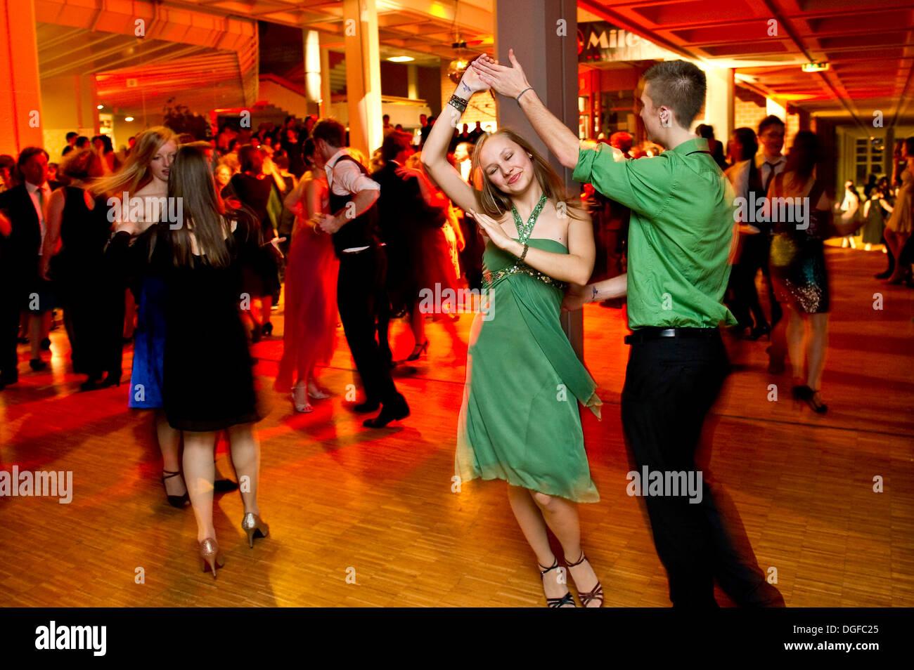 Young couple dancing at the prom d'une école de danse, Allemagne Photo Stock