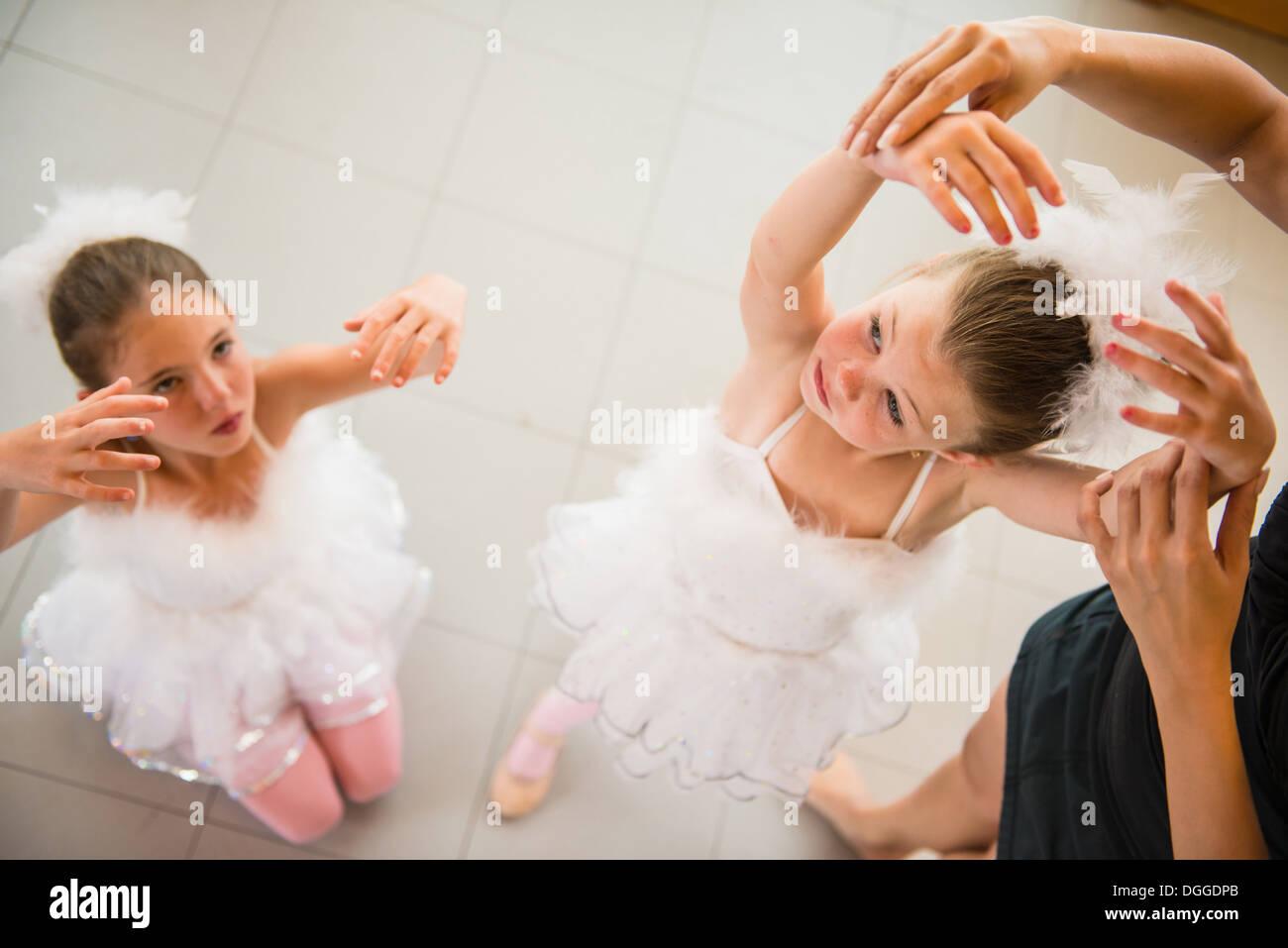Professeur de ballet matures organiser les mains de ballerine Banque D'Images